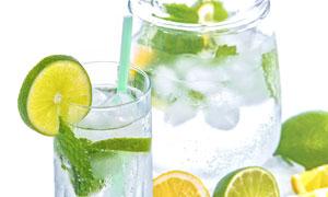 里面加了冰块的柠檬水摄影高清图片