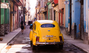 城市小巷里的黃色汽車攝影高清圖片