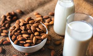 杏仁与早餐喝的牛奶等摄影高清图片