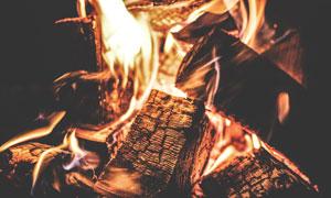 燃烧着的木头近景特写摄影高清图片