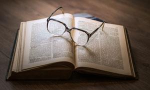 眼镜与打开的书本特写摄影高清图片