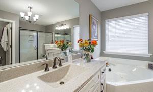 镜子视角的卫生间内景摄影高清图片