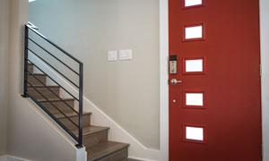 红色房门与室内的楼梯摄影高清图片
