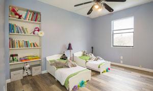 儿童房里的书架与小床摄影高清图片