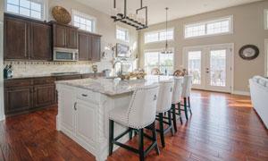 椅子与开放式厨房内景陈设高清图片