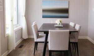餐桌椅与悬吊着的灯具摄影高清图片