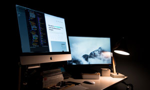 台灯环境光下的显示器摄影高清图片