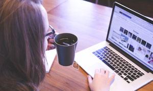 在喝着咖啡的玩电脑的人物高清图片