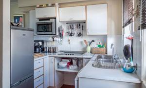 各種物品整齊擺放著的廚房高清圖片