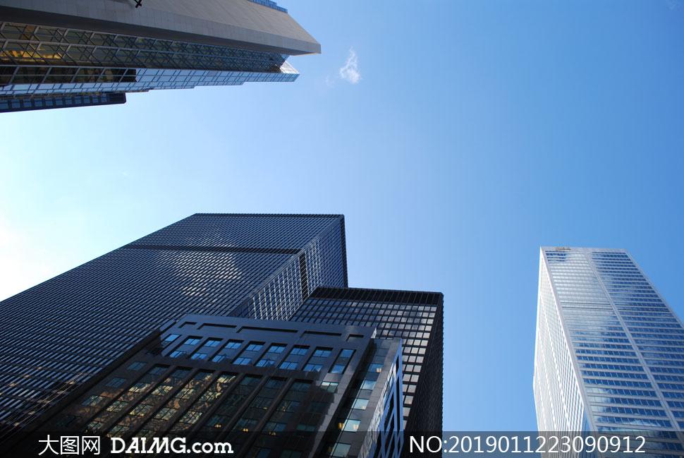 蓝天白云城市建筑仰拍视角高清图片