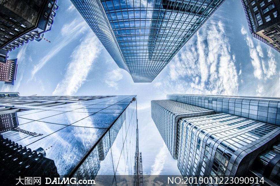 仰望天空视角城市建筑摄影高清图片