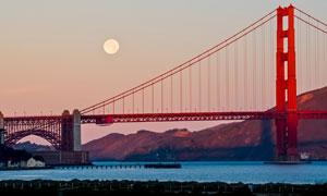 金門大橋與空中的圓月攝影高清圖片