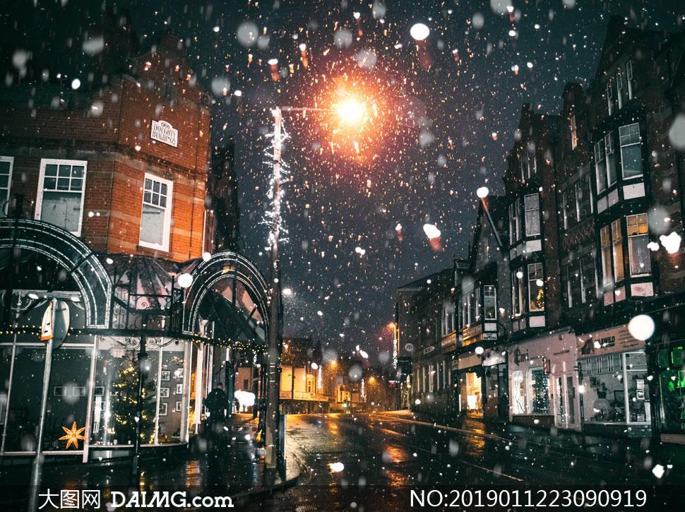 雪花飘落时的城市夜景摄影高清图片