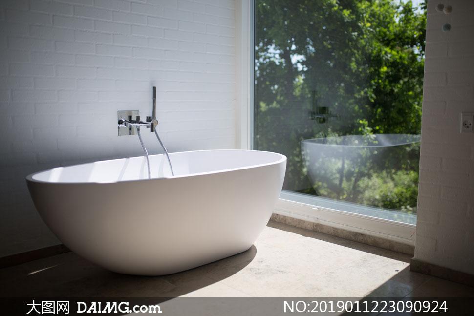 落地窗房间的浴缸特写摄影高清图片