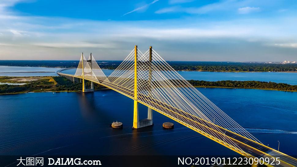 蓝天白云长跨度悬索桥摄影高清图片