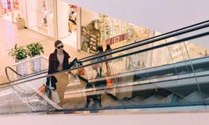 商場扶梯上的美女人物攝影高清圖片
