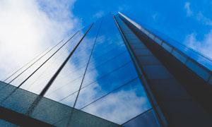 与蓝天白云浑然天成的大楼高清图片