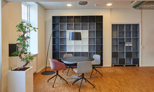 桌椅落地燈與室內盆景攝影高清圖片