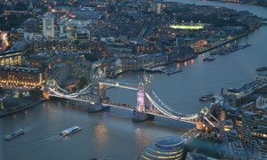 橫跨泰晤士河上的倫敦塔橋高清圖片