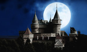 夜晚城堡与挂在空中的圆月高清图片