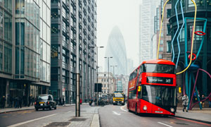 伦敦街头上的双层巴士摄影高清图片