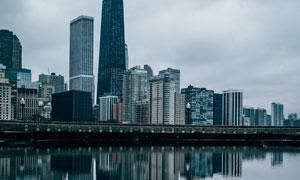 城市建筑群与水面倒影摄影高清图片