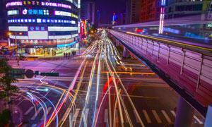 夜晚城市的交通长曝光效果摄影图片