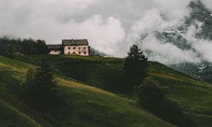 山顶上的破旧房子风景摄影高清图片