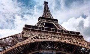 从下仰望的埃菲尔铁塔摄影高清图片