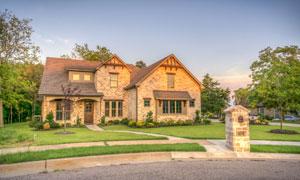 房前有大片草坪的住宅摄影高清图片