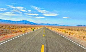 荒凉沙漠里的公路风光摄影高清图片