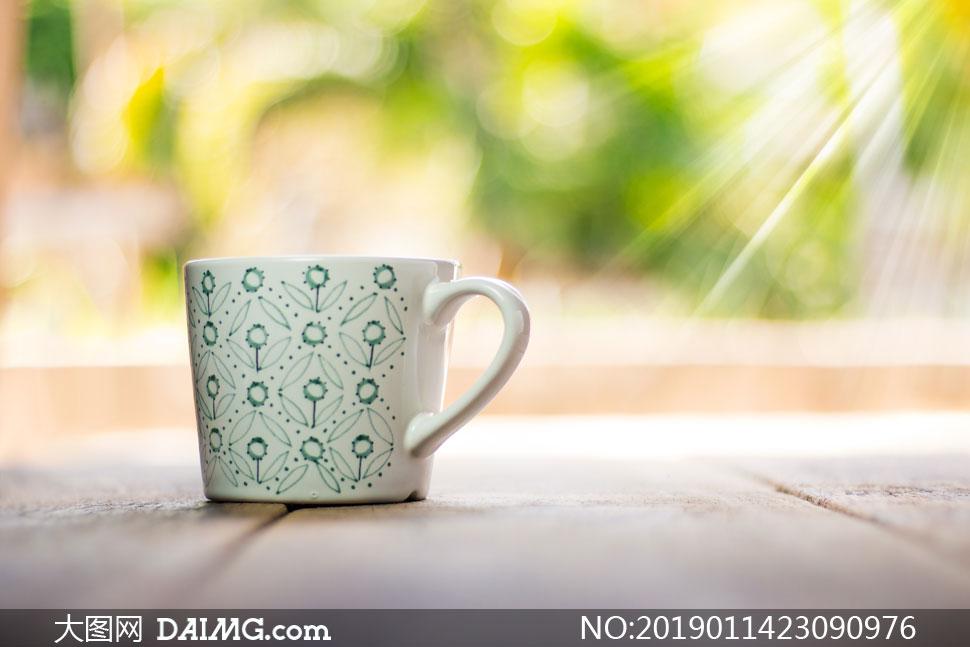 花朵图案杯子近景特写摄影高清图片