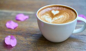 几片花瓣与咖啡杯特写摄影高清图片