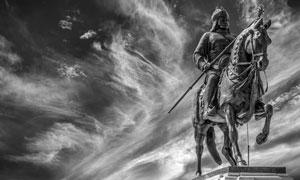 风云变幻中的骑士雕塑摄影高清图片
