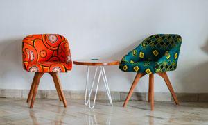 北歐風格的圓幾與椅子攝影高清圖片