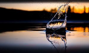 水面上激起的水花特写摄影高清图片