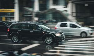 城市繁忙馬路上的汽車攝影高清圖片