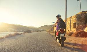 戴頭盔騎摩托車的美女攝影高清圖片