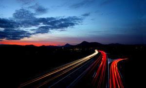 黄昏时分的公路长曝光摄影高清图片