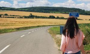 走在公路上的美女人物摄影高清图片