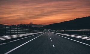 高速公路与天边的晚霞摄影高清图片