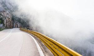 盘山公路与山间的大雾摄影高清图片