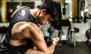 在增强肌肉力量的男子摄影高清图片