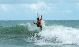 蓝天白云冲浪运动人物摄影高清图片
