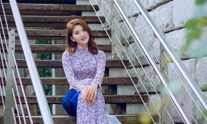 坐在楼梯台阶上的美女摄影高清图片