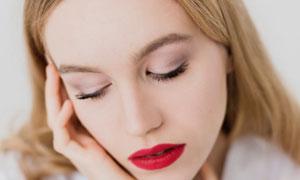 中分長發紅唇妝容美女攝影高清圖片