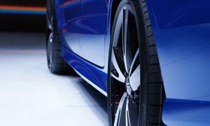 藍色車身汽車輪轂特寫攝影高清圖片