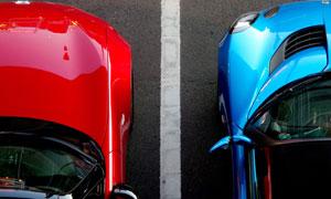 停在車位上的兩輛跑車攝影高清圖片