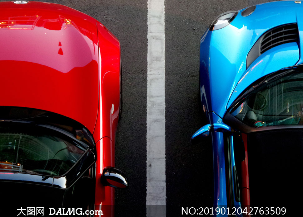 停在车位上的两辆跑车摄影高清图片