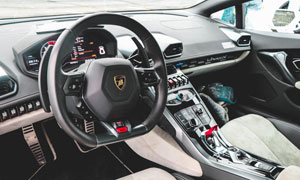 法拉利跑車駕駛位內飾攝影高清圖片